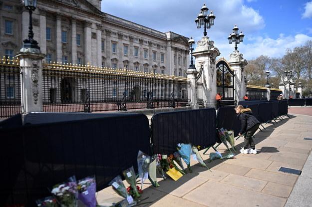 Brytyjczycy składają kwiaty przed Pałacem Buckingham w Londynie / ANDY RAIN    /PAP/EPA