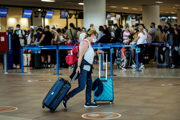 Brytyjczycy wracający z Portugalii po ogłoszeniu przez rząd WB nowych ograniczeń dot. podróży /LUIS FORRA /PAP
