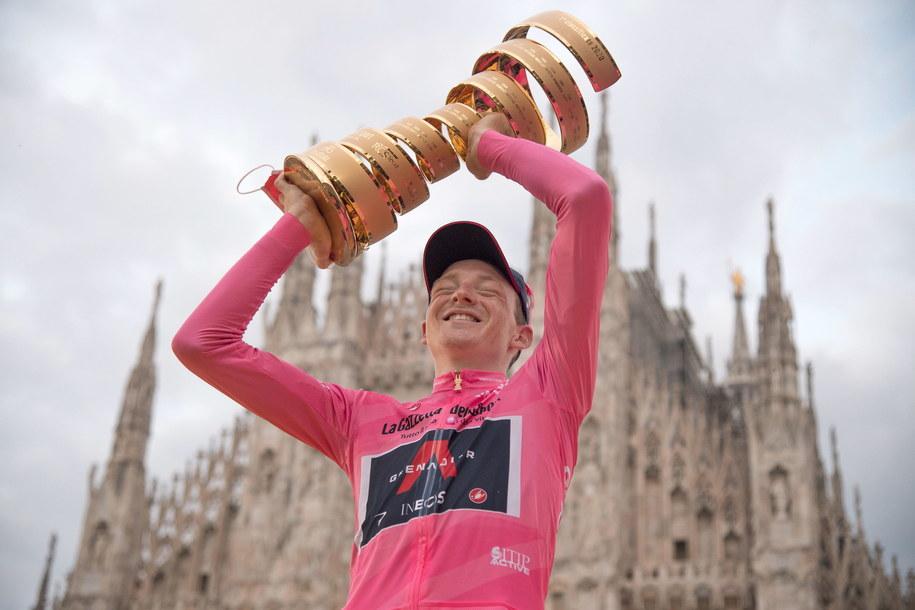 Brytyjczyk Tao Geoghegan Hart z trofeum dla zwycięzcy Giro d'Italia /LUCA ZENNARO /PAP