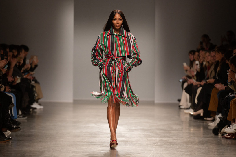 Brytyjka zaprezentowała się na wybiegu w efektownej, pasiastej sukience z frędzlami /Zabulon Laurent/ABACA /East News
