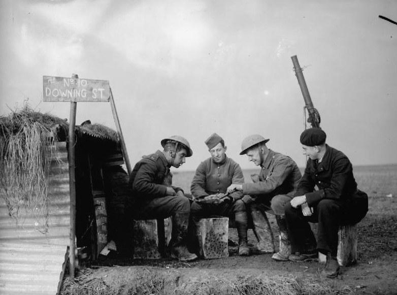 Brytyjscy i francuscy żołnierze w trakcie działań wojennych przeciwko Niemcom w 1939 roku /Wikimedia