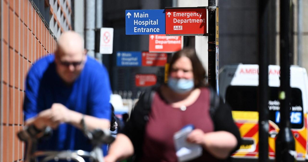 Brytyjscy lekarze: Znoszenie teraz restrykcji covidowych jest nieodpowiedzialne