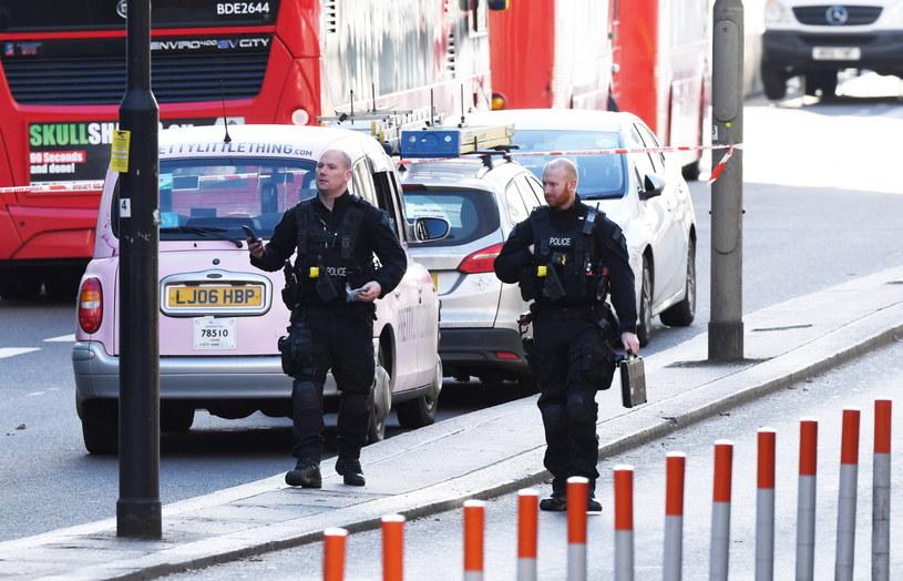 Brytyjscy policjanci na miejscu ataku w Londynie. To dzięki odwadze cywilów udało się powstrzymać dalszy rozlew krwi. /FACUNDO ARRIZABALAGA /PAP/EPA