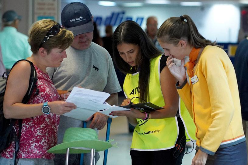 Brytyjscy turyści próbujący uzyskać informacje na lotnisku /AFP