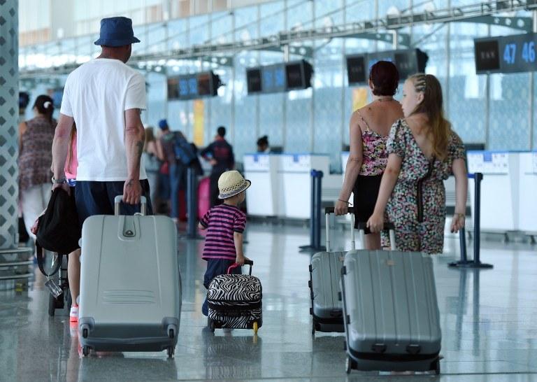 Brytyjscy turyści wyjeżdżają z Tunezji /FETHI BELAID / AFP /AFP