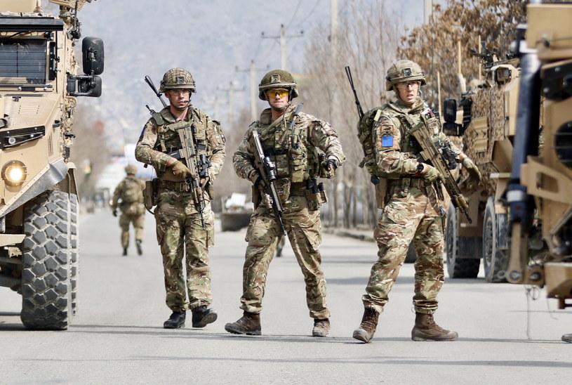 Brytyjscy żołnierze patrolują miejsce, w którym zamachowiec otworzył ogień go zgromadzonych /HEDAYATULLAH AMID /PAP/EPA