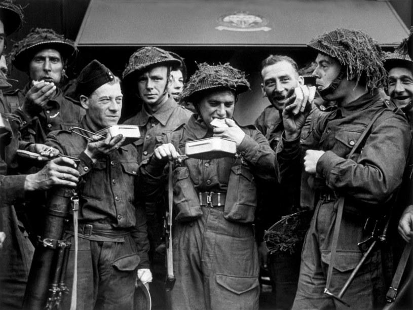 Brytyjscy żołnierze w trakcie posiłku, zdjęcie z 1942 roku /Getty Images