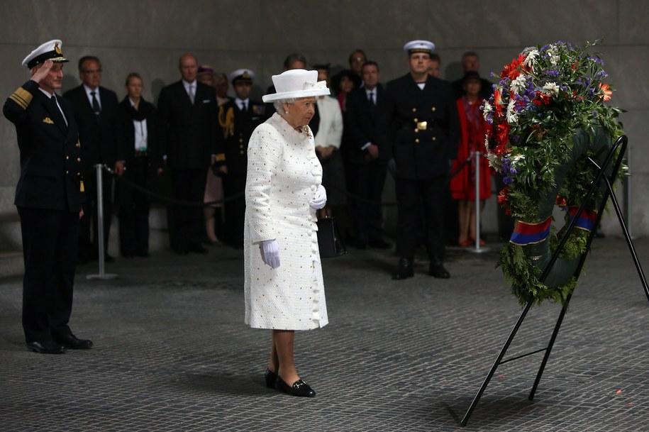Brytyjska królowa Elżbieta oddaje hołd ofiarom wojny /ADAM BERRY / POOL    /PAP/EPA