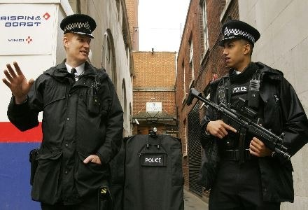 Brytyjska policja jest bezradna wobec zbiega, który obraża ją na Facebooku /AFP