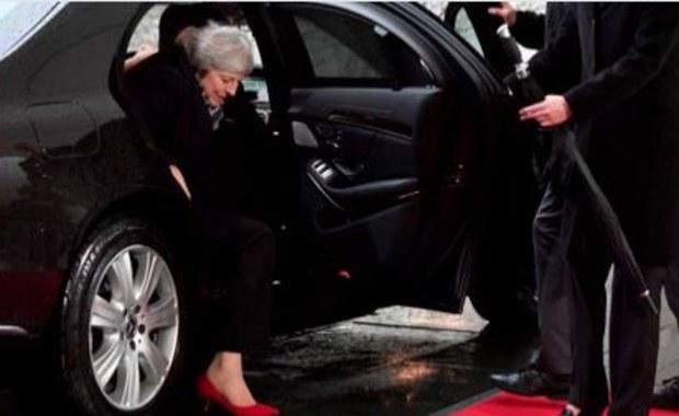 Brytyjska premier nie mogła wyjść z samochodu. Przyjechała na spotkanie w Berlinie