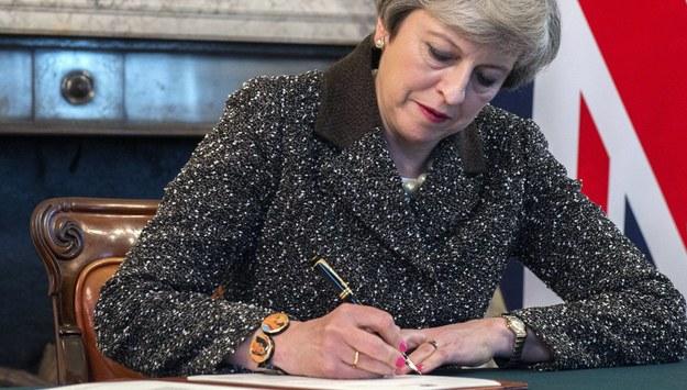 Brytyjska premier Theresa May podpisuje list notyfikujący o planowanym wyjściu ze Wspólnoty. /JAY ALLEN / NO10 / MOD / HANDOUT /PAP/EPA