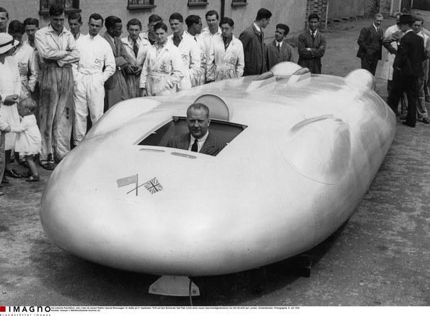 Brytyjski kierowca rajdowy John Cobb w bolidzie Railton Special, którym 5 września 1938 r. pobił rekord prędkości 563,58 km/h (Bonneville Salt Flats, USA). Zdjęcie wykonane przed rekordową próbą w Londynie 8 lipca 1938 r. © IMAGNO/Austrian Archives (S) /materiały prasowe