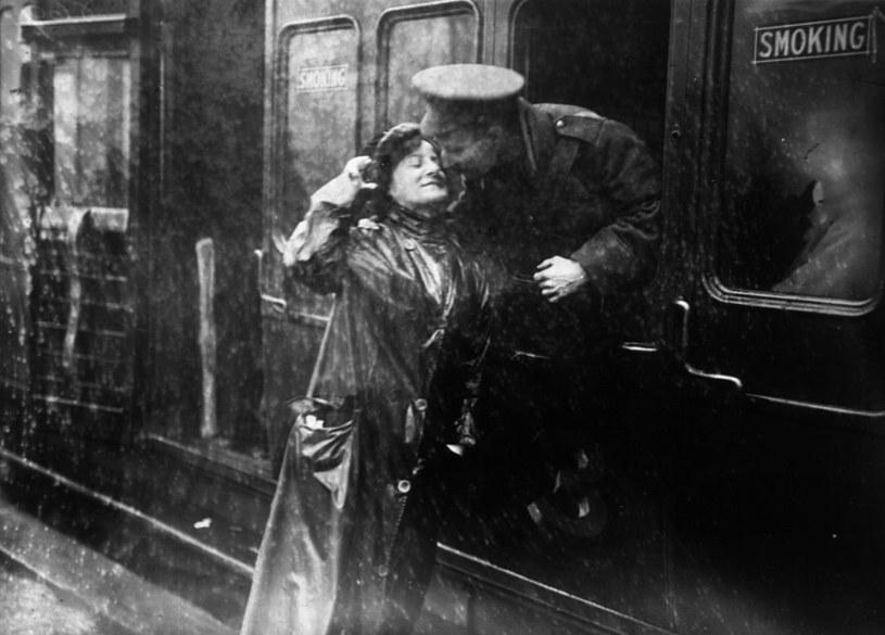 Brytyjski żołnierz przed wyruszeniem na front I wojny światowej /Topical Press Agency /Getty Images