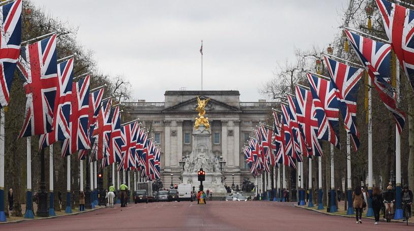 Brytyjskie flagi na The Mall, reprezentacyjnej drodze w centralnym Londynie, łączącej Buckingham Palace z Trafalgar Square /ANDY RAIN /PAP/EPA