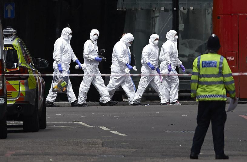 Brytyjskie zespół kryminalistów na miejscu sobotnich zamachów w Londynie /NIKLAS HALLE'N /AFP