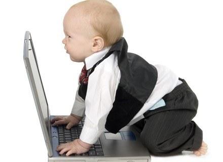 Brzdące 2-letnie i młodsze spędzają przed ekranem telewizora bądź komputera do dwóch godzin dziennie /ThetaXstock