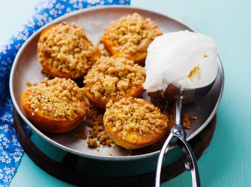 """Brzoskwinie pod kruszonką to doskonały pomysł na deser w wersji """"fit"""" /123RF/PICSEL"""