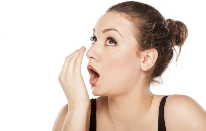Brzydki oddech objaw choroby /© Photogenica