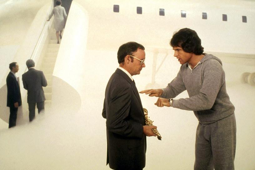 """Buck Henry i Warren Beatty w scenie z filmu """"Niebiosa mogą zaczekać"""" /Paramount /Courtesy Everett Collection /East News"""