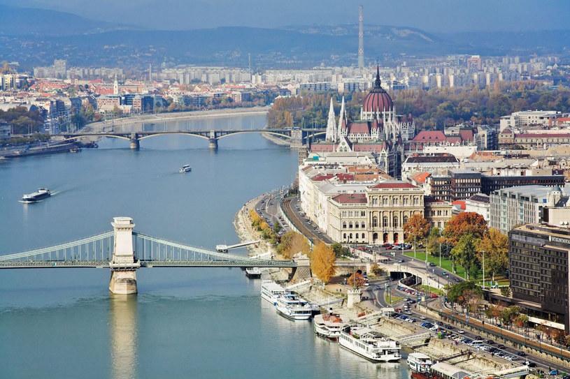Budapeszt to miasto pełne pięknych kamienic, kościołów, placów, pomników i fontann /123RF/PICSEL