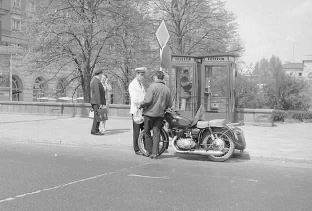 Budka telefoniczna na placu Dzierżyńskiego (obecnie plac Bankowy) w Warszawie /Z archiwum Narodowego Archiwum Cyfrowego