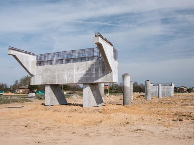 Budowa autostrad idzie jak po grudzie. Porzucona budowa A1 koło Łodzi / Fot: Mikołaj Zacharow /Reporter