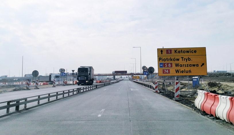"""Budowa autostrady A1. Nowa autostrada powstaje w śladzie starej drogi krajowej nr 1, tzw. """"gierkówki"""", czyli najważniejszego szlaku komunikacyjnego kraju, na osi północ - południe /ANDRZEJ ZBRANIECKI /Agencja SE/East News"""