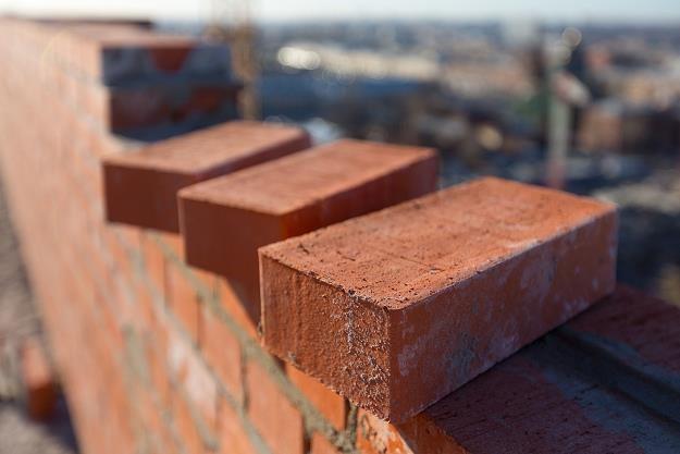 Budowa domu to dość kosztowna inwestycja, na którą warto się dobrze przygotować /©123RF/PICSEL