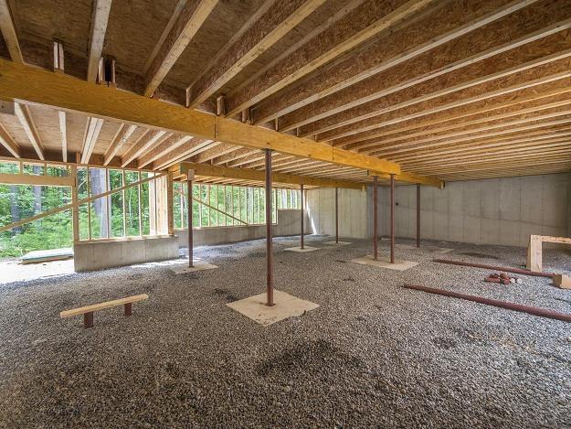 Budowa domu z piwnicą to coraz rzadsza inwestycja /©123RF/PICSEL