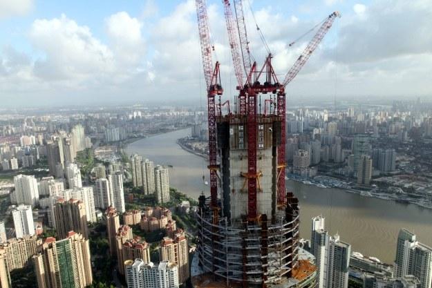 Budowa drapacza chmur w Szanghaju /AFP