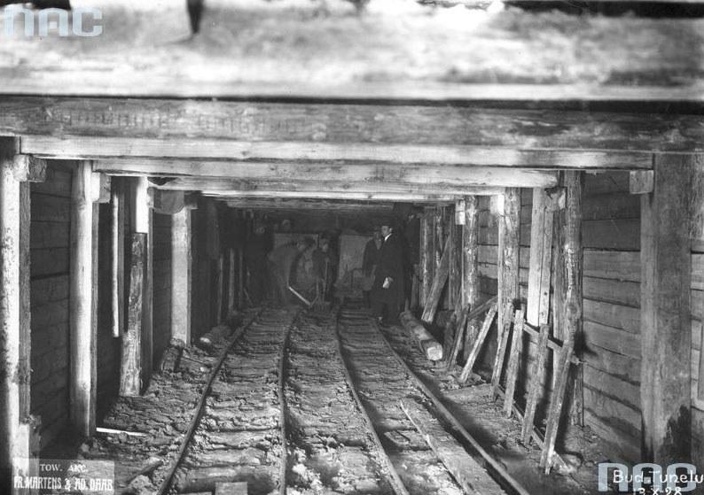 Budowa kolejowej linii średnicowej w Warszawie: Sztolnia drążonego tunelu /Z archiwum Narodowego Archiwum Cyfrowego