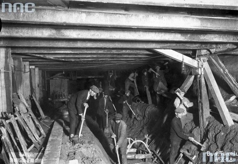 Budowa kolejowej linii średnicowej w Warszawie: Widoczna konstrukcja odciążająca w tunelu oraz robotnicy podczas pracy /Z archiwum Narodowego Archiwum Cyfrowego