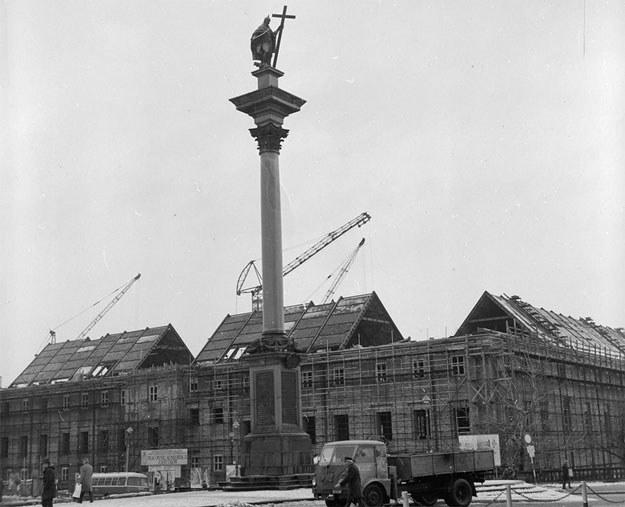 Budowa konstrukcji dachu podczas odbudowy Zamku Królewskiego w Warszawie. Zdjęcie z 1973 roku /Z archiwum Narodowego Archiwum Cyfrowego