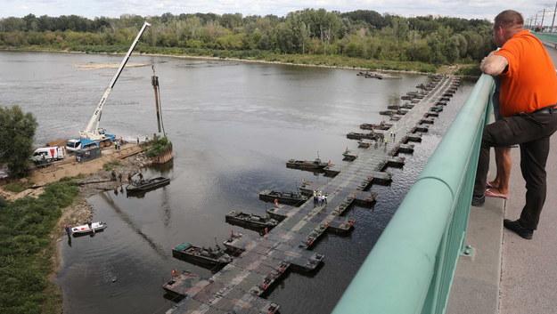 Budowa mostu pontonowego przez Wisłę / Tomasz Gzell    /PAP