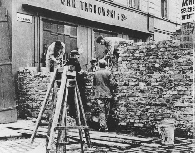 Budowa muru w wyznaczonej przez Niemców żydowskiej dzielnicy Warszawy /United States Holocaust Memorial Museum /Wikimedia
