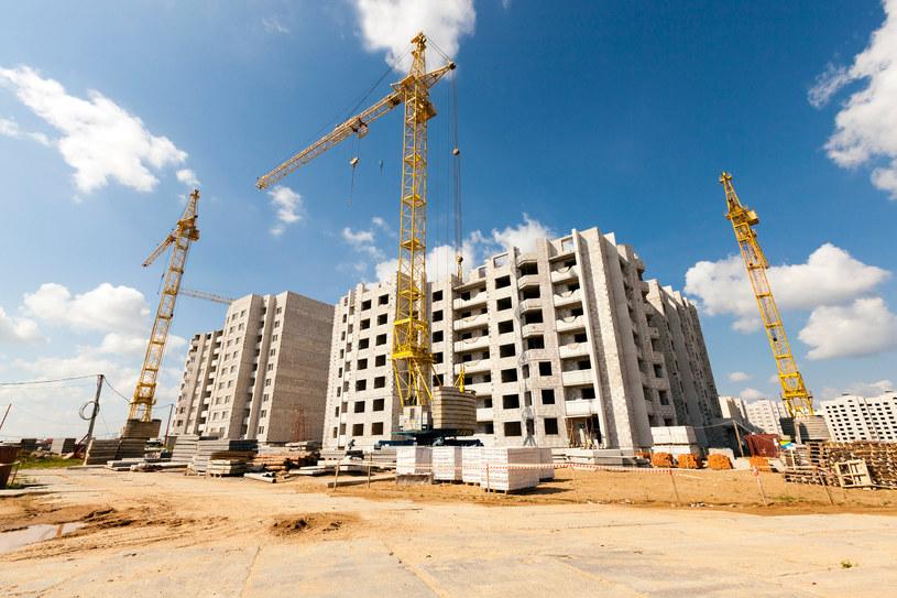 Budowa nowych osiedli mieszkaniowych w Polsce wyhamuje? /123RF/PICSEL