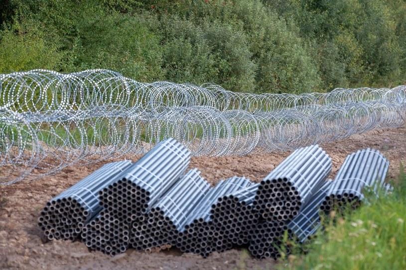 Budowa płotu ruszyła na Podlasiu. Ma uniemożliwić imigrantom nielegalne przedostawanie się z Białorusi do Polski /Marcin Onufryjuk /PAP