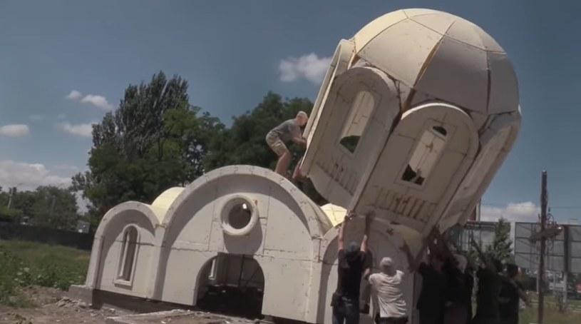 Budowa styropianowej cerkwi w Chersoniu jak... zabawa klockami /YouTube