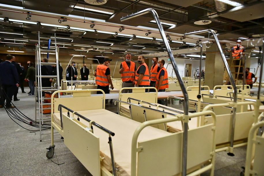 Budowa szpitala polowego na stadionie PGE Narodowy w Warszawie /Andrzej Lange /PAP