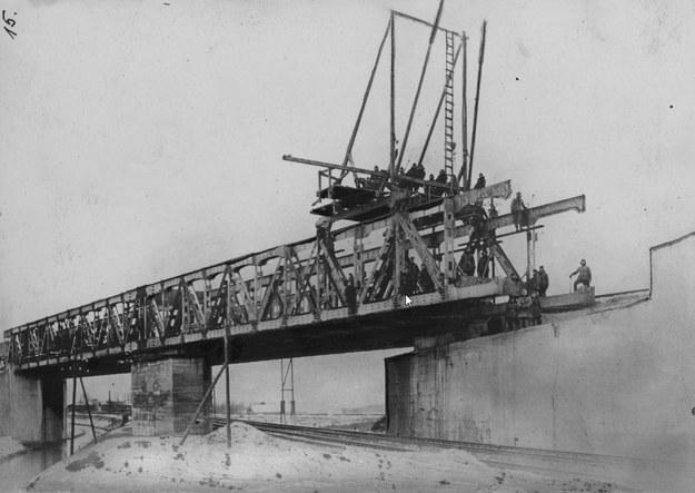 Budowa wiaduktu na budowanym drugim torze magistrali węglowej w Tczewie, nad linią Tczew - Kustrin (Kostrzyń nad Odrą) - żołnierze podczas pracy. /Z archiwum Narodowego Archiwum Cyfrowego