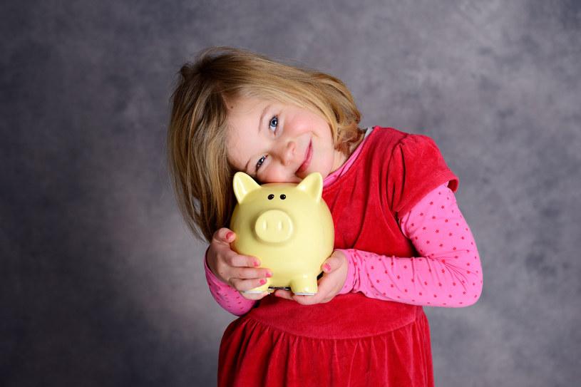Budowanie dobrych nawyków oszczędzania u dzieci zaowocuje w przyszłości /123RF/PICSEL
