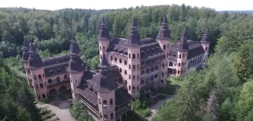 Budowla nazywana jest najmłodszym polskim zamkiem, ale niebawem straci ten tytuł na rzecz zamku w Stobnicy /YouTube