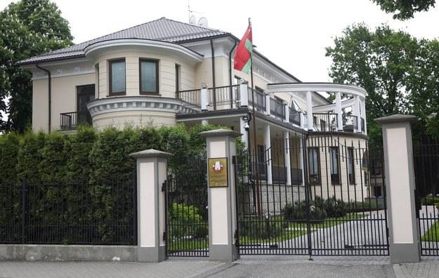 Budynek białoruskiej ambasady w Rydze. Łotwa wcześniej wydaliła dyplomatów z Białorusi w odpowiedzi na działania Mińska /TOMS KALNINS  /PAP/EPA