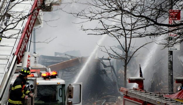 Budynek częściowo się zawalił /JUSTIN LANE /PAP/EPA