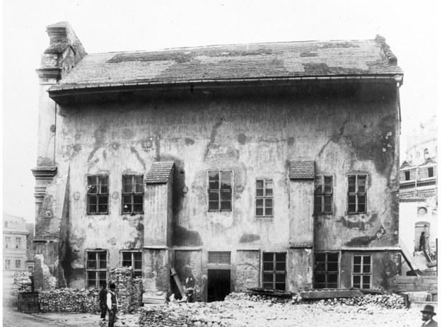 Budynek dawnego kościoła przed zburzeniem. (Reprodukcja fotografii Ignacego Kriegera, z albumu z Archiwum Miasta Krakowa, wykonana przez IKC /Ze zbiorów Narodowego Archiwum Cyfrowego