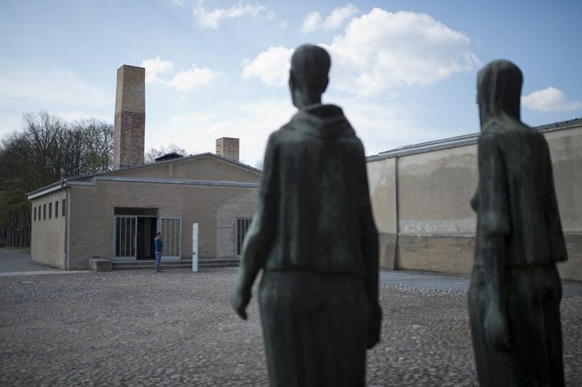 Budynek dawnego krematorium w Ravensbrück i fragment rzeźby Willa Lammerta przedstawijącej grupę kobiet /Getty Images