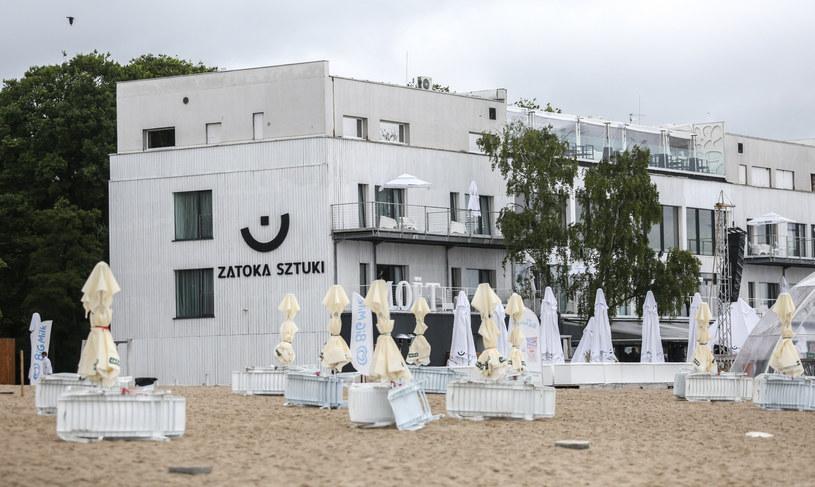 """Budynek dawnej """"Zatoki Sztuki"""" w Sopocie. Obecnie miejsce ma nowego właściciela, a także zmieniony szyld /Karolina Misztal /Reporter"""