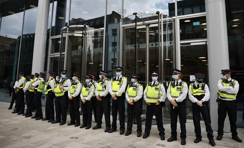 Budynek producenta telewizyjnego otoczyła policja /Tolga Akmen /AFP