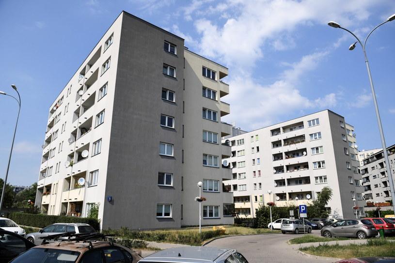 Budynek przy ulicy Piaskowej 9 w Warszawie /Radek Pietruszka /PAP
