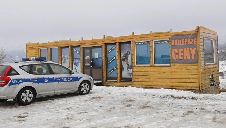 Budynek przy wyciągu w Bukowinie Tatrzańskiej, z którego wiatr zerwał dach. Część konstrukcji zabiła trzy osoby / Grzegorz Momot    /PAP